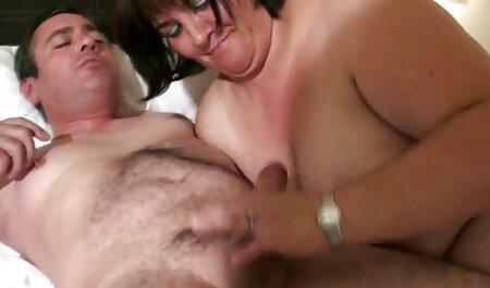 Prsata brineta Romi se pere porno casic sa svog vrućeg tijela