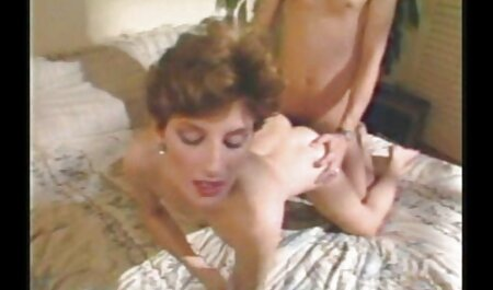 Mršava pilić zadirkuje lijepu guzu ispred streaming video porno free web kamere
