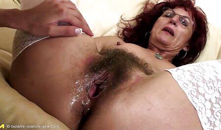 Brunette ljepota obožava fingering porno glas