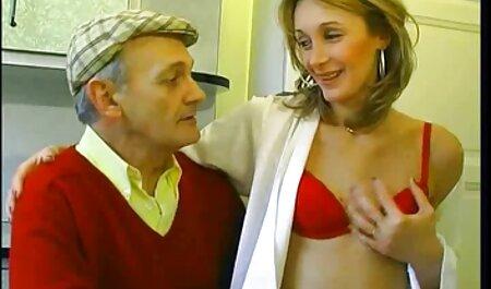 Seksi beba svojoj staroj učiteljici retro porn classic pruža fantastičan blowjob